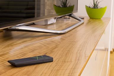 Loxone dálkový ovladač na stole