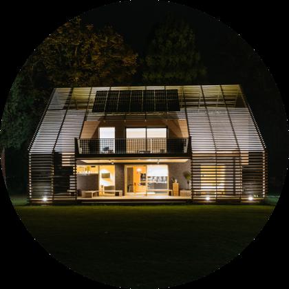 Pohľad na osvetlený dom